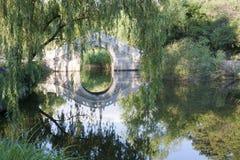 Passerelle en pierre de voûte dans le jardin chinois Photos libres de droits
