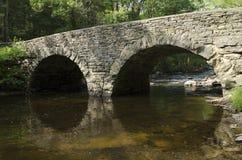 Passerelle en pierre de voûte plus de fleuve de Dix milles, Tusten NY Photographie stock