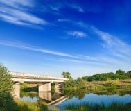 Passerelle en pierre sur un petit fleuve Images libres de droits