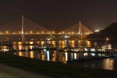 Passerelle et bateaux la nuit Images stock
