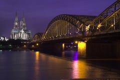 Passerelle et cathédrale la nuit Image stock