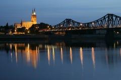 Passerelle et cathédrale la nuit Images stock
