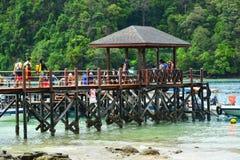 Passerelle et dock d'île de Sapi dans Sabah, Malaisie photographie stock libre de droits