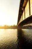 Passerelle et fleuve Photo stock