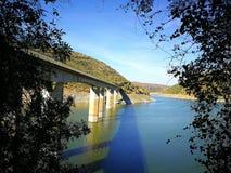 Passerelle et fleuve Photo libre de droits