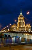 Passerelle et hôtel Ukraine de Novoarbatskiy Image stock