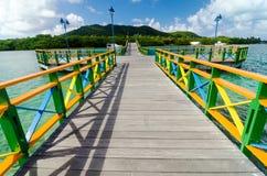 Passerelle et îles colorées Photographie stock libre de droits