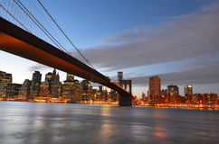 Passerelle et Lower Manhattan de Brooklyn la nuit - Photos libres de droits