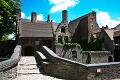 Passerelle et maisons dans vieux Brugges, Belgique Photos libres de droits