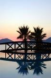 Passerelle et palmiers de coucher du soleil Images libres de droits