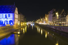 Passerelle et quai dans la vieille ville Strasbourg par nuit Photographie stock libre de droits