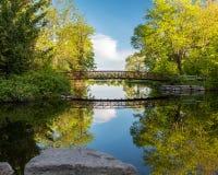 Passerelle et r?flexion de parc de Beavermead photos stock