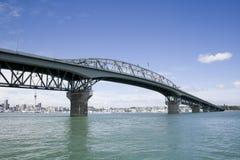 Passerelle et ville de port d'Auckland Photos stock