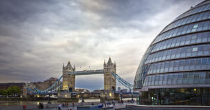 Passerelle et ville hôtel, Londres de tour Images libres de droits