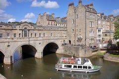 Passerelle historique de Pulteney dans la ville de Bath, Angleterre Photos stock