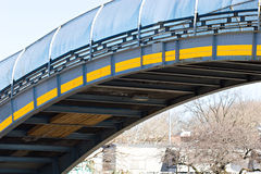 Passerelle industrielle de ville au-dessus du chemin d'omnibus Photos libres de droits