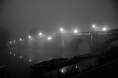 Passerelle la nuit photo stock