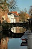 Passerelle le long de canal dans Brugges, Belgique Photographie stock
