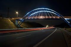 Passerelle lumineuse la nuit Photographie stock