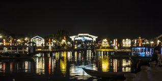 Passerelle lumineuse la nuit Photographie stock libre de droits