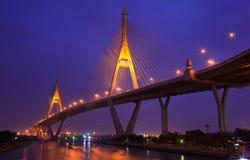 Passerelle méga de boucle industrielle la nuit, Bangkok Image libre de droits
