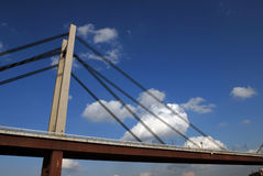 Passerelle moderne au-dessus de fleuve Photographie stock libre de droits