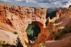 Passerelle naturelle en stationnement national de canyon de Bryce images libres de droits