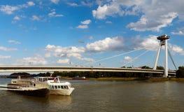 Passerelle neuve avec le bateau, Bratislava, Slovaquie Photographie stock libre de droits