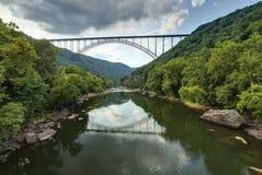 Passerelle neuve de fleuve Images libres de droits
