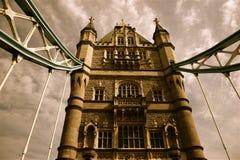 Passerelle nostalgique de tour de Londres photographie stock