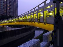 Passerelle par Night Over un canal images libres de droits