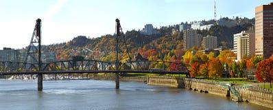 Passerelle Portland Orégon de Hawthorne en automne photos libres de droits