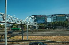 Passerelle pour des piétons au-dessus de route à Madrid photo stock