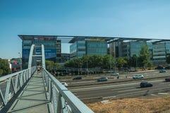 Passerelle pour des piétons au-dessus de route à Madrid photo libre de droits