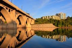 Passerelle relecting dans le fleuve calme Images libres de droits