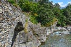 Passerelle romaine au-dessus du fleuve Images libres de droits