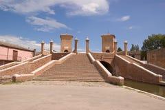 Passerelle romaine de brique dans Comacchio (Italie) Images libres de droits