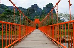 Passerelle rouge au-dessus de fleuve de chanson, vieng de vang, Laos Photographie stock