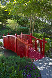 Passerelle rouge de jardin Photos stock