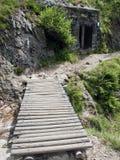 Passerelle sous des montagnes Snezka Photo libre de droits