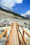 Passerelle suisse d'itinéraire aménagé pour amateurs de la nature de glacier d'Alpes Photos libres de droits