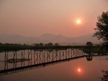 Passerelle sur le coucher du soleil Image libre de droits