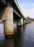 Passerelle sur le fleuve Photo stock