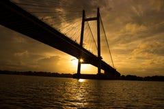 Passerelle sur le fleuve Photographie stock libre de droits