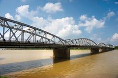 Passerelle sur le fleuve de parfum, tonalité, Vietnam. Image libre de droits