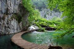 Passerelle sur le lac Plitvice photo libre de droits