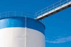 Passerelle sur un réservoir de stockage d'huile Image stock