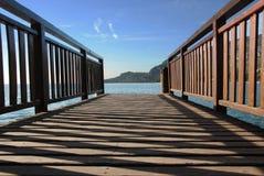 Passerelle vers le lac Images libres de droits
