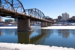 passerelle vieille au-dessus du fleuve Saskatchewan du sud Photos libres de droits