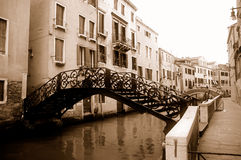 Passerelles au-dessus de canal à Venise Photographie stock libre de droits